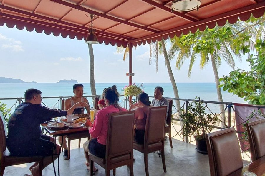 Family-dining-at-The-Dukes-Phuket